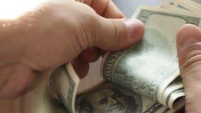 Mężczyzna ` s wręcza liczyć sto dolarowych rachunków zbiory wideo
