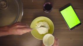 Mężczyzna ` s wręcza scrolling pastylkę z zieleń ekranem zdjęcie wideo