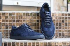 Mężczyzna ` s zamszowy skóry błękitni sneakers Fotografia Royalty Free