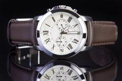 Mężczyzna ` s zegarek z brown rzemiennym zespołem obrazy royalty free