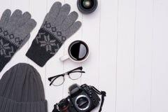 Mężczyzna ` s zimy przypadkowi stroje z kamerą, filiżanką i eyeglass, zdjęcie royalty free