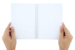 mężczyzna (samiec) dwa ręki trzyma pustego (pustego miejsca) spre książki notatka, dzienniczek (,) Obraz Royalty Free