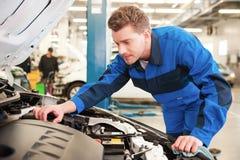 mężczyzna samochodowy naprawianie zdjęcia stock
