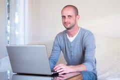 Mężczyzna samotny używa laptop fotografia royalty free