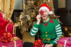Mężczyzna Santa okładkowa uśmiechnięta twarz z gwiazdową dekoracją Zdjęcia Royalty Free