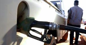 Mężczyzna segregowania benzyna 4k zdjęcie wideo
