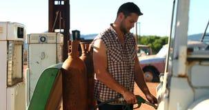 Mężczyzna segregowania benzyna 4k zbiory wideo