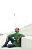 Mężczyzna siedzi outdoors z jabłkiem Zdjęcie Royalty Free