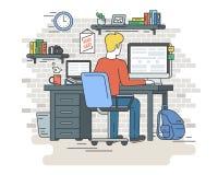Mężczyzna siedzi w domu z laptopem Zdjęcie Royalty Free