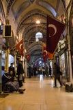 Mężczyzna siedzi w jeden lobby Uroczysty bazar Istanbuł Także zna jako kapalicarsi, ja jest jeden główni punkty zwrotni obrazy royalty free