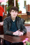 Mężczyzna siedzieć plenerowy w kawiarni Fotografia Royalty Free