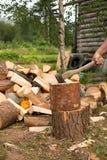 Mężczyzna sieka drewno z cioską Obraz Stock