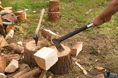 Mężczyzna sieka drewno z cioską Obrazy Royalty Free