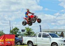 Mężczyzna skacze nad pojazdami na kwadrata rowerze Fotografia Royalty Free