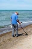 Mężczyzna skarbu polowanie na plaży Obrazy Royalty Free