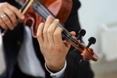 Mężczyzna skrzypaczka Bawić się Klasycznego skrzypce Obrazy Royalty Free