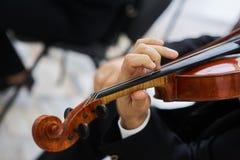 Mężczyzna skrzypaczka Bawić się Klasycznego skrzypce Obraz Stock
