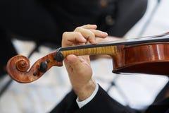 Mężczyzna skrzypaczka Bawić się Klasycznego skrzypce Zdjęcia Royalty Free
