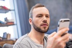 mężczyzna smartphone używać fotografia stock