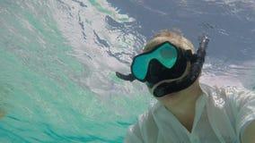 Mężczyzna snorkeling w krysztale - jasna turkus woda zdjęcie wideo