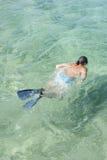 Mężczyzna snorkeling w tropikalnej lagunie Zdjęcia Stock