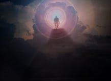 Mężczyzna spacer do nieba w zmrok chmurze, spacer światło, schodowy sposób on Zdjęcia Royalty Free
