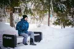 Mężczyzna spacer w zima parku Fotografia Royalty Free