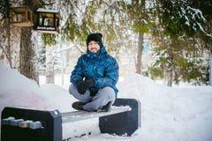 Mężczyzna spacer w zima parku Zdjęcia Stock