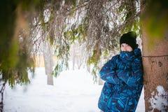 Mężczyzna spacer w zima parku Fotografia Stock
