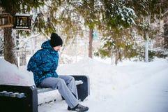 Mężczyzna spacer w zima parku Zdjęcie Royalty Free