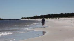Mężczyzna spaceruje na ranek plaży zbiory wideo