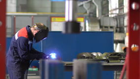 Mężczyzna spawacz spawa części struktura w dniu 4k zdjęcie wideo