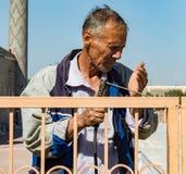Mężczyzna spawek brama używać tylko jego rękę jako oko osłona Obraz Stock