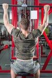 Mężczyzna spełniania lat pulldown przy gym Fotografia Royalty Free