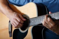Mężczyzna spełniania piosenka na gitarze akustycznej Zdjęcia Stock
