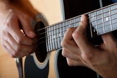 Mężczyzna spełniania piosenka na gitarze akustycznej Zdjęcie Royalty Free