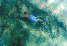 Mężczyzna spearfishing z oszczepowym słupem Obrazy Stock