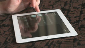 Mężczyzna spojrzenia dla świeżej wiadomości używać na jego cyfrowej pastylce zdjęcie wideo
