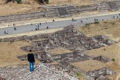 Mężczyzna spojrzenia przy antycznymi ruinami teotihuacan Meksyk zdjęcie stock