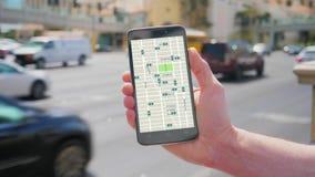 Mężczyzna spojrzenia przy przejażdżki udzielenia ruchu drogowego wzorami na Smartphone