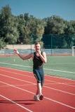 Mężczyzna sportowa doskakiwanie z cukierkiem fotografia royalty free