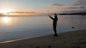 Mężczyzna spotyka świt na brzeg piękny jezioro Podziwia scenerię zbiory