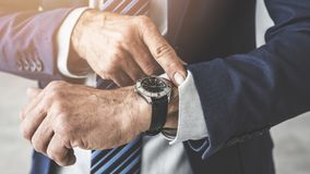 Mężczyzna sprawdza czas jego zegarek zdjęcie royalty free