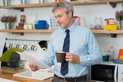 Mężczyzna sprawdza dokument w domu zdjęcia stock