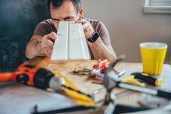 Mężczyzna sprawdza drewno zdjęcie stock