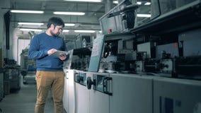 Mężczyzna sprawdza drukowego wyposażenie pracuje, zakończenie w górę zbiory wideo