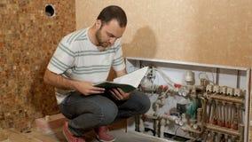 Mężczyzna sprawdza instalacyjnego wodnego spożycie zbiory wideo