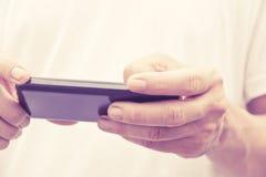 Mężczyzna sprawdza jego telefon Obraz Stock