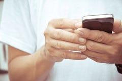 Mężczyzna sprawdza jego telefon Zdjęcia Stock
