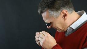 Mężczyzna sprawdza jego zegarek 03 zbiory